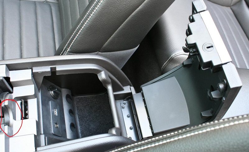 Click image for larger version  Name:2011-ford-mustang-gt-50-convertible-center-console-storage-compartment-photo-349906-s-1280x782.jpg Views:57 Size:136.4 KB ID:171531